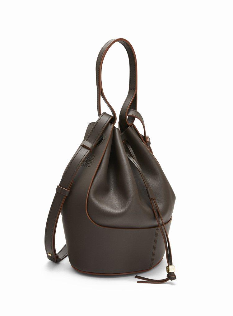 Balloon Bag灰褐色小牛皮水桶肩背提包,售價10萬4,000元。圖/LO...