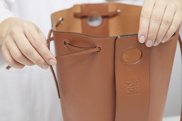 Balloon Bag包身使用兩種皮革縫製,包括堅固強韌的小牛皮及napa柔軟小...