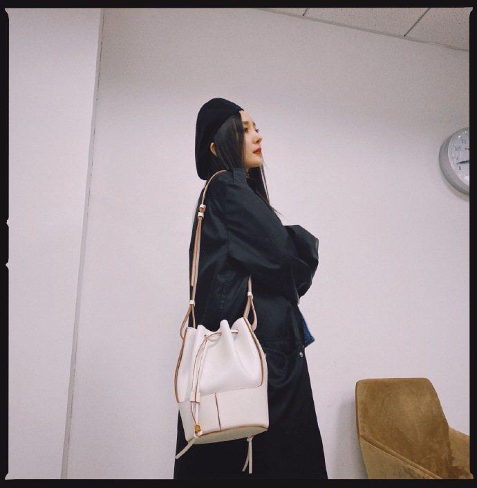 楊冪選用全新的Balloon Bag白色款,展現率性優雅的自在。圖/取自微博