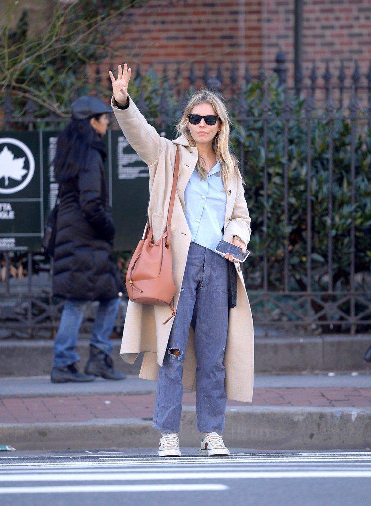 英國女演員席艾娜米勒在紐約街頭帥背Balloon Bag。圖/LOEWE提供
