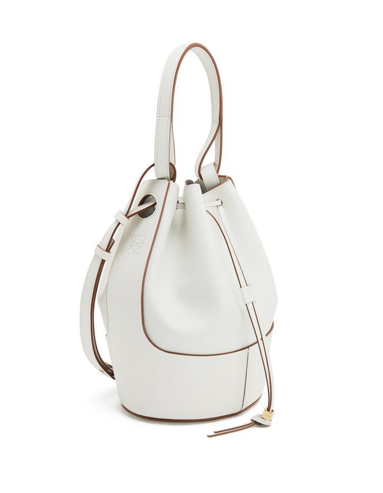 Balloon Bag白色小牛皮水桶肩背提包,售價10萬4,000元。圖/LOE...