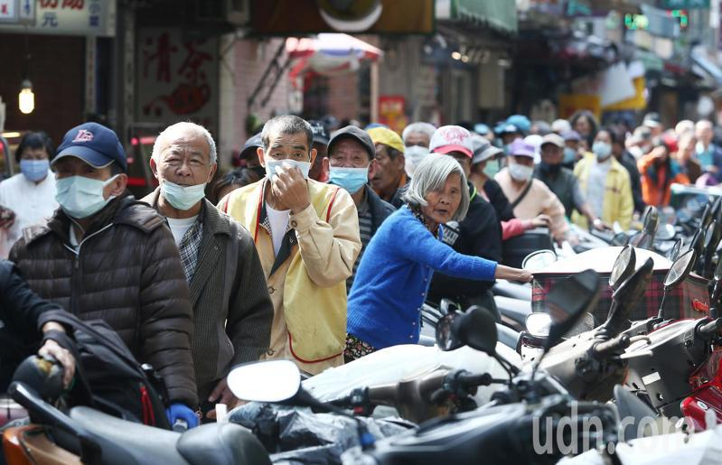 經常於萬華做善事辦愛心宴的「刈包吉」廖榮吉今天上午在龍山寺前發放3000包衛生紙,現場大排長龍。記者曾原信/攝影