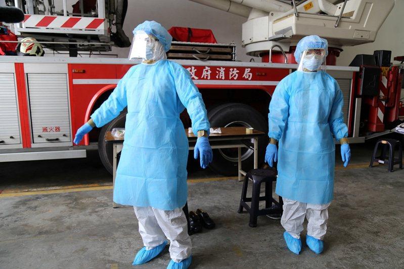 嘉義市消防局針對疑似個案,建立標準作業流程,人員都穿上防護衣。圖/嘉義市府提供