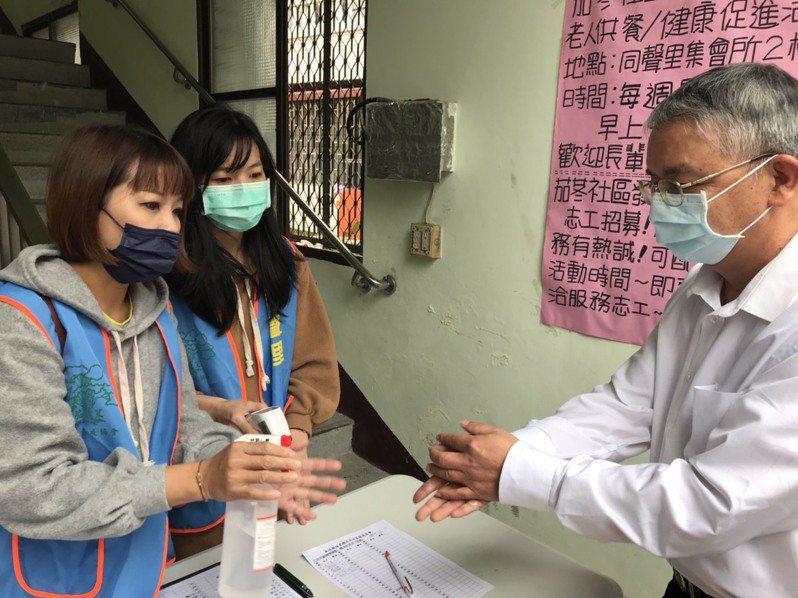 老人是新冠肺炎高危險群,南投縣加強社區關懷據點防疫抽查,包括老人戴口罩、勤洗手,減少病毒感染風險。圖/南投縣政府提供