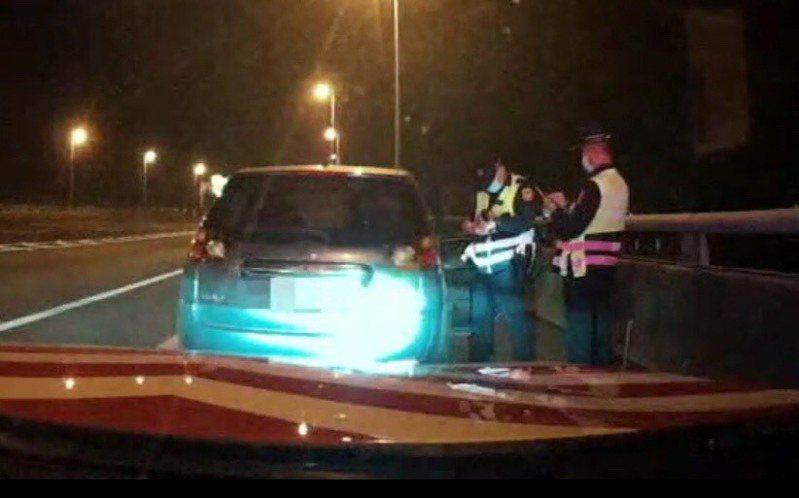 國道公路警察局第七大隊快官分隊昨晚9時許,在國道3號靠和美交流道南下路段攔下一輛轎車,查獲居家檢疫趴趴走的38歲高雄陳姓男子。照片/警方提供