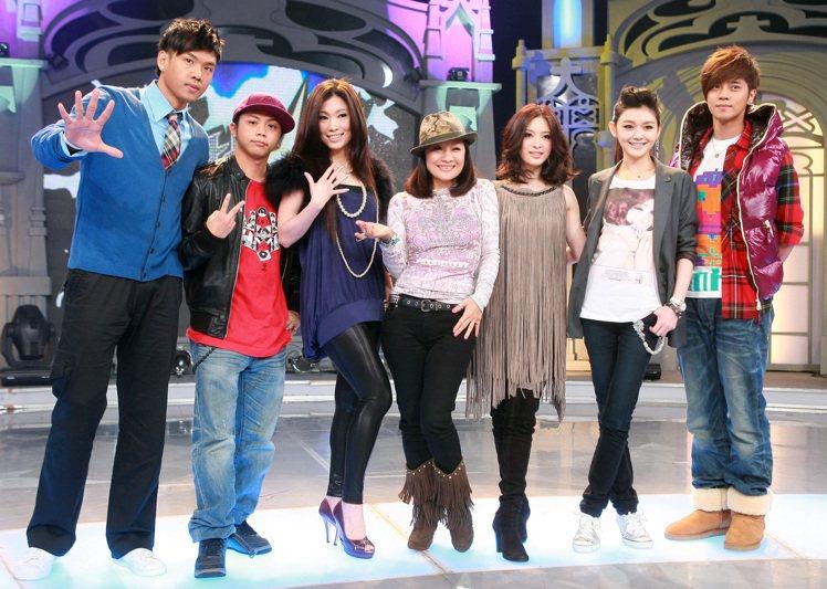 黑人(左起)、大目、KIMIKO、比莉、劉真、大S、羅志祥曾一起在「舞林大道」合...