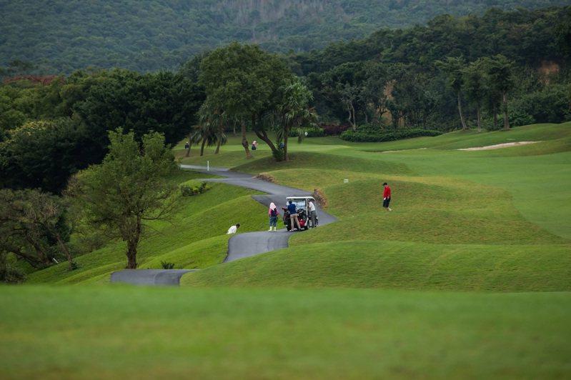 晶華酒店瞄準高爾夫球愛好者,入住行政客房可免費揮桿18洞再贈球場、車站至酒店的免費接送服務。 圖/晶華提供