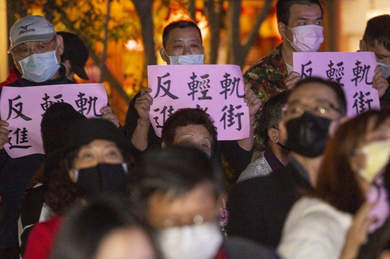 新北捷運局前晚召開說明會,不少民眾持標語並在會中堅決反對輕軌進老街。記者王敏旭/攝影