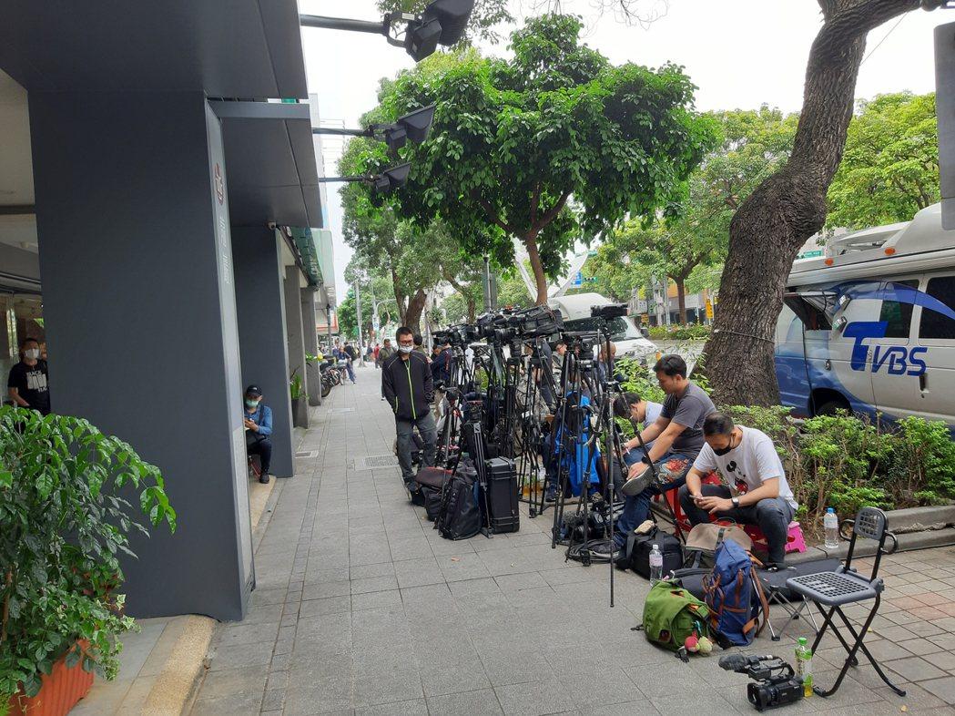 大批媒體在龍巖會館前守候。記者林怡秀/攝影