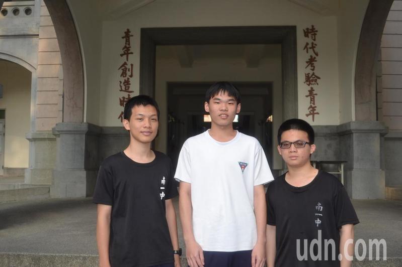 台南一中學生林威辰(左起)、余維廷、吳多翔保送上台大地質系。記者鄭惠仁/攝影
