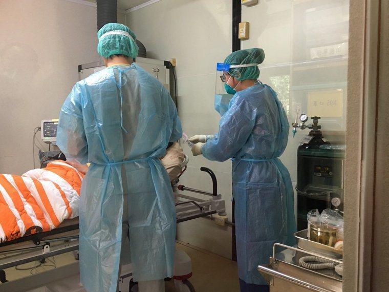 中央流行疫情指揮中心今(24)日公布國內新增20例新冠肺炎境外移入病例。圖/本報...