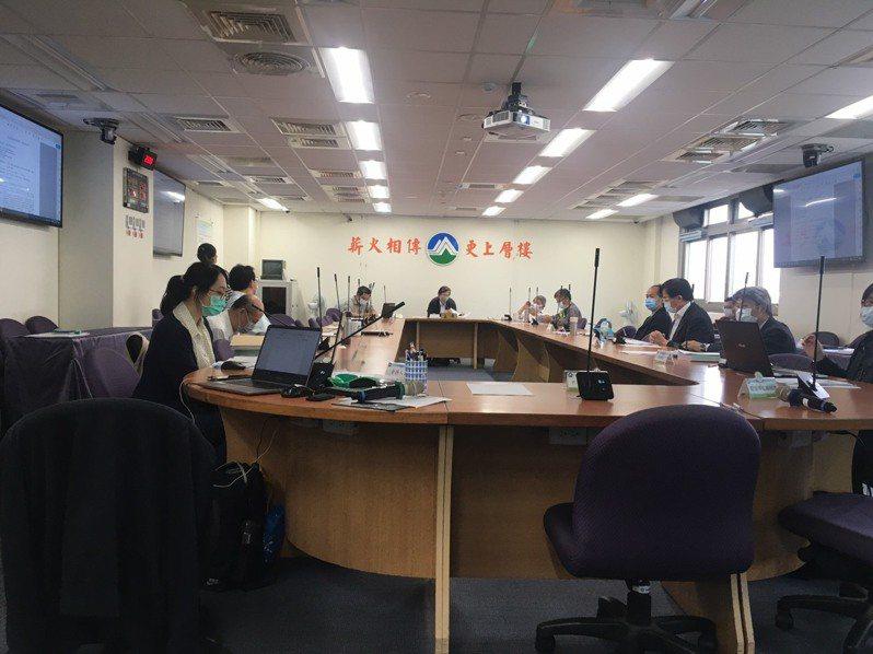 環保署環評會議今起規定與會人士都要戴口罩、兩兩隔開坐。記者吳姿賢/攝影