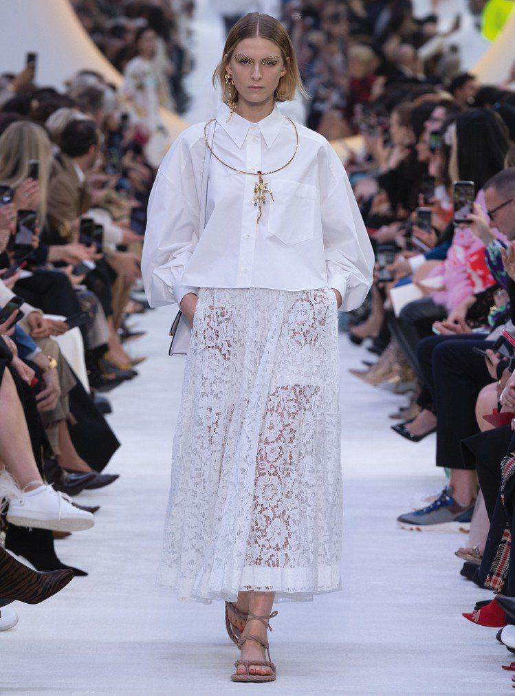 VALENTINO今年春夏推出了一系列白色系服裝,搭配夢幻少女心的設計元素讓穿者...