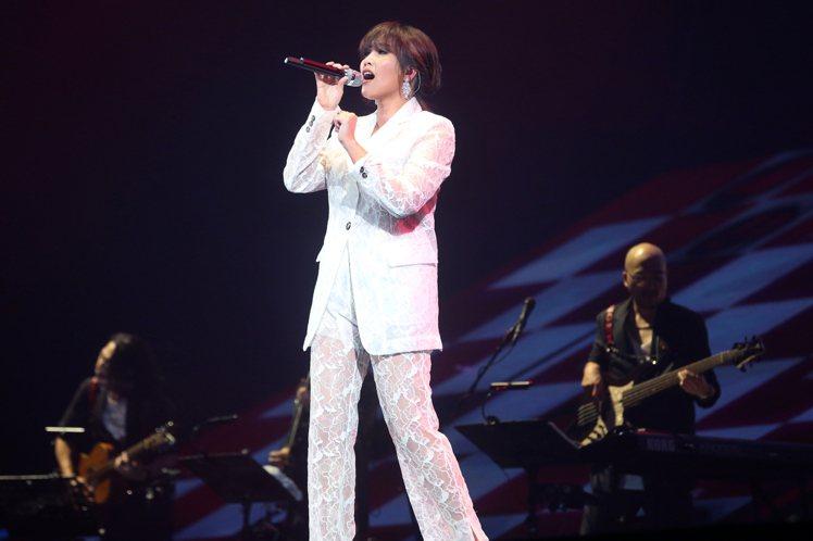 A-Lin演唱會其中一套服裝就是來自MSGM春夏系列的白色蕾絲套裝,搭配精彩演出...