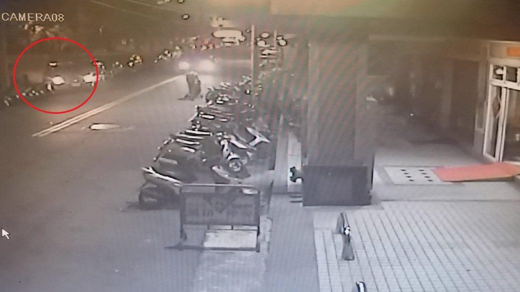 台中市洪姓男子上月底在南區德吉街路邊停車時,撞倒莊姓男子機車後逃逸,過程被路口監...