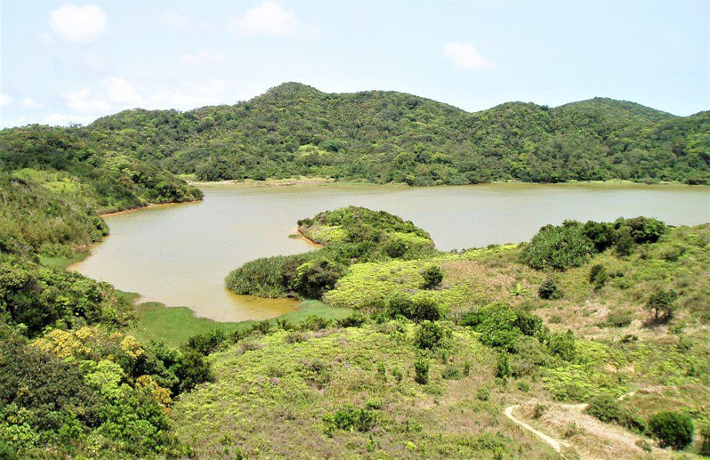 墾丁國家公園南仁山生態保護區的南仁湖,學者發現最快再25年會因淤泥填滿消失,墾管處放棄「養牛吃草」計畫,改採人工清淤和改善水閘門雙管齊下抗陸化。圖/墾管處提供
