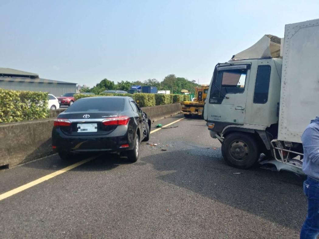 莊男駕駛的黑色轎車先撞上慘遭拋飛國道的蘇男後,再遭許男駕駛白色貨車撞上。記者柯毓...