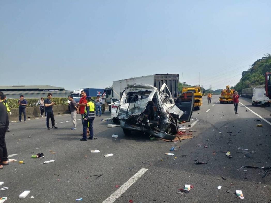 蘇的銀色廂型車被洪男駕駛聯結車撞得面目全非。記者柯毓庭/攝影