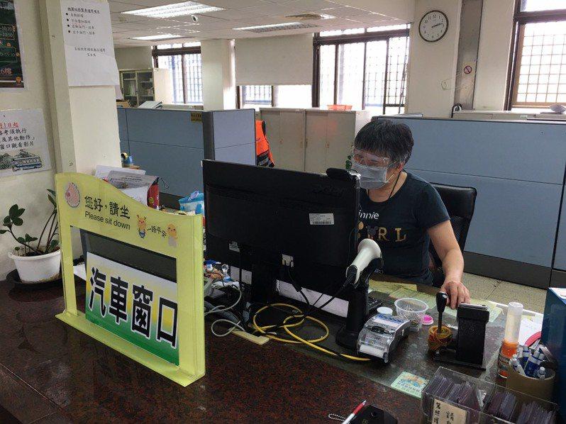 桃園監理站服務人員戴護目鏡與口罩。圖/桃園監理站提供