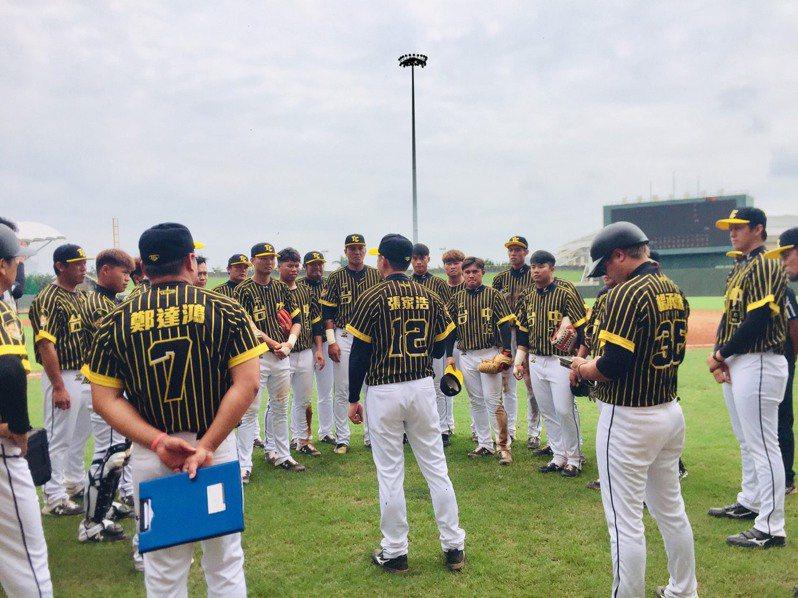 台中市隊奪下春季聯賽首勝,總教練張家浩賽後鼓勵全隊球員。圖/中華棒球協會提供