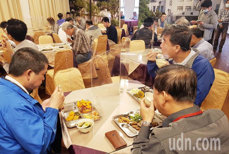 新冠肺炎疫情持續升溫,立法院防疫措施再加強,除了餐廳用餐以格板隔開並限制電梯搭乘人數並用格線區隔。記者曾學仁/攝影
