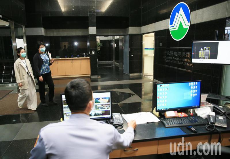 環保署下午舉行環評會議,進出環保署的人員均要經過紅外線熱感應儀量體溫。記者潘俊宏/攝影