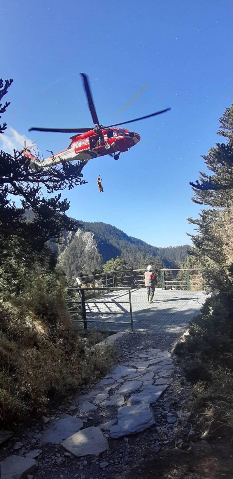 陳姓登山客攀登玉山主峰前突因關節疼痛難行,上午在黑鷹直升機救護下山送醫。圖/空勤總隊提供