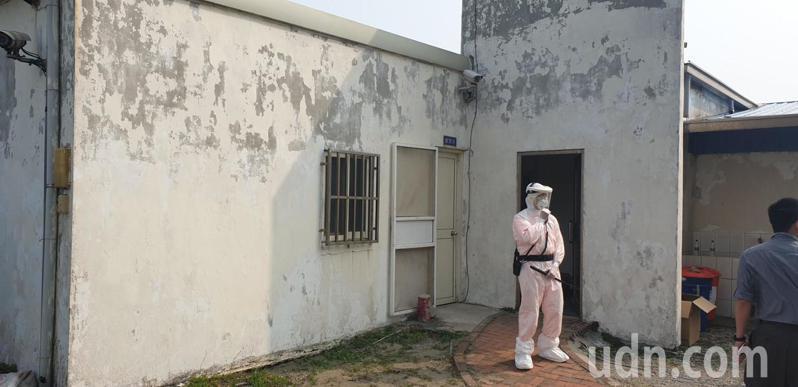 31名越南偷渡客昨天被帶到海巡署中港留置室,其中6人脫逃,留置室內外都有人員戒護。記者游振昇/攝影
