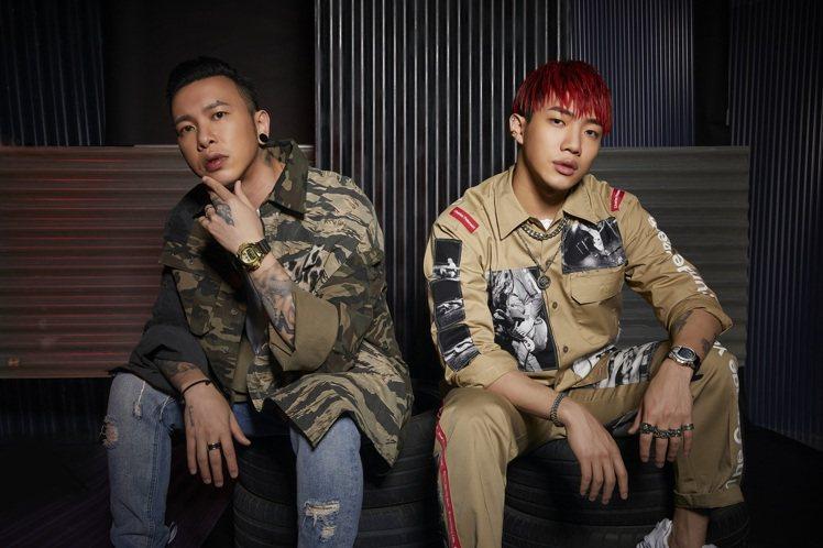 歌手小春(左)與ØZI共同詮釋G-Shock GM-6900系列腕表。圖/Cas...