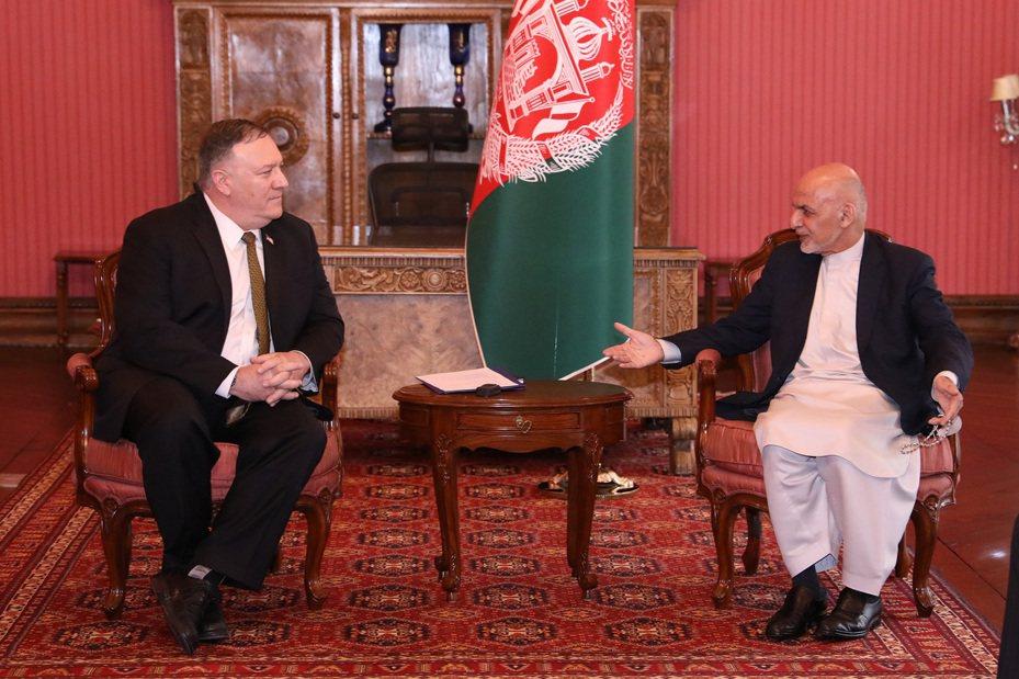 龐培歐23日推文又再使用武漢病毒一詞,圖為他當天突然訪問阿富汗會晤阿富汗總統甘尼畫面。新華社