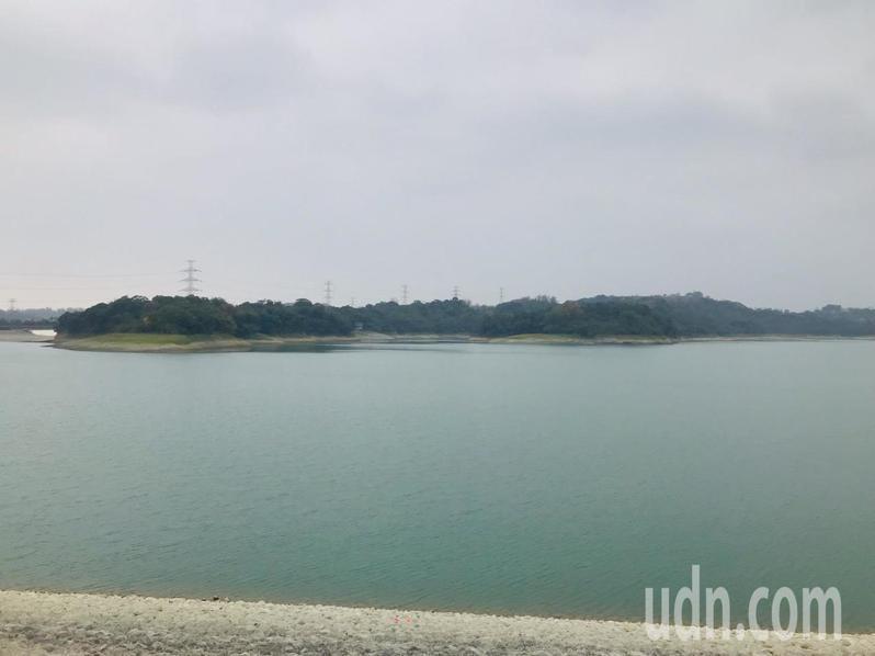 自來水公司指出,仁義潭水庫近日將進行邊坡培厚工程,降低水位,但供水沒問題。記者李承穎/攝影