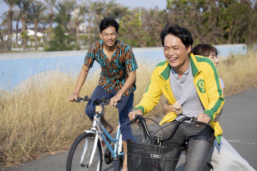 黃鐙輝(右起)、李又汝、孫綻在「無主之子」戲中騎單車漫遊,非常愜意。圖/民視提供