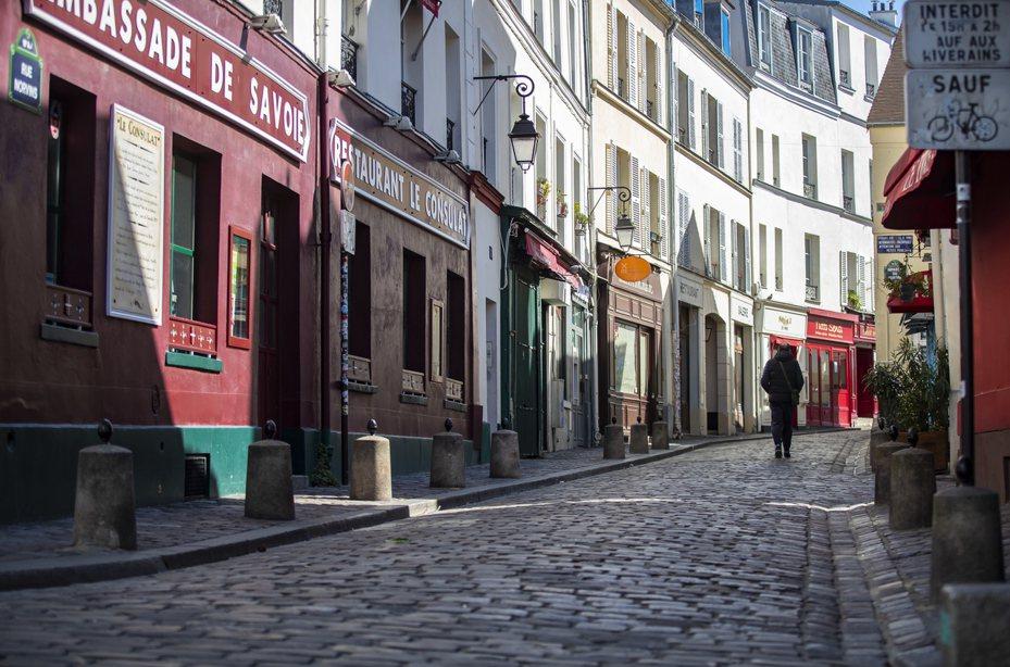 法國、義大利、西班牙等歐洲九國元首25日呼籲發行所謂的「新冠債券」(corona bond),以減緩新冠肺炎疫情對各國經濟的衝擊 。圖為巴黎蒙馬特(Montmartre)空盪的街道。   歐新社