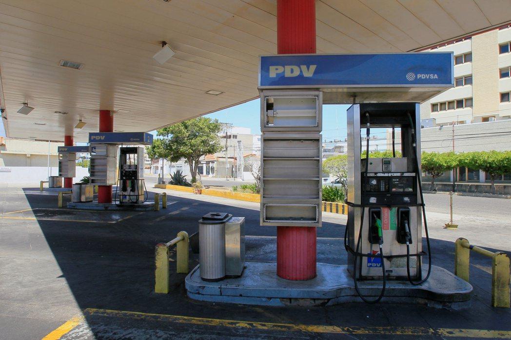 新冠肺炎疫情衝擊能源需求,美國加油站空無一人。  路透