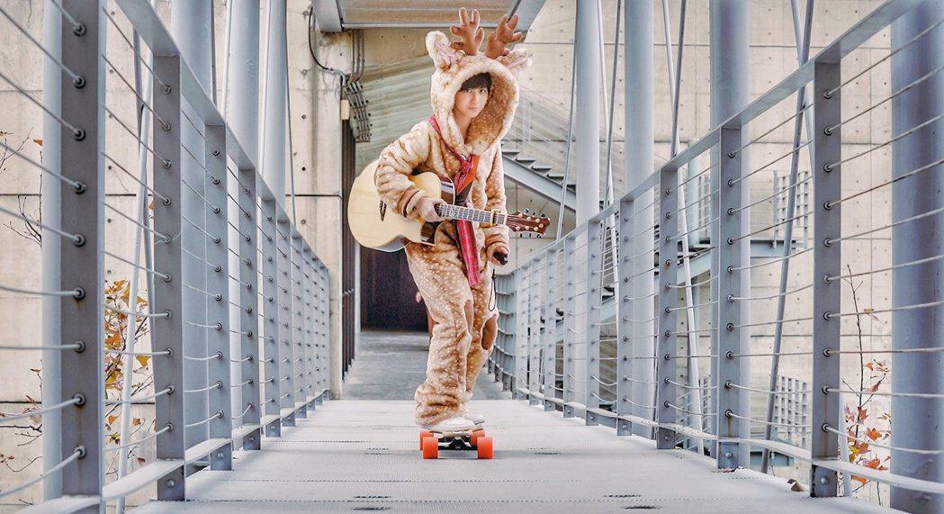 魏嘉瑩在新歌「東東路」MV中穿上可愛麋鹿裝,拍攝兩天宛如洗三溫暖。圖/小魏工作室...