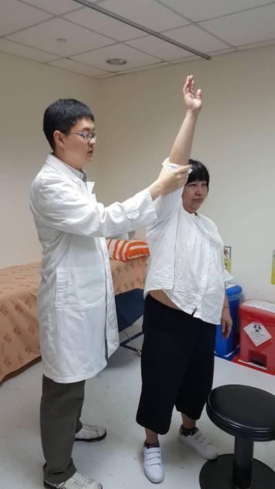 台大雲林分院醫師李念偉(左)解釋,職業性旋轉肌袖症候群好發於美髮業者、油漆工與老...