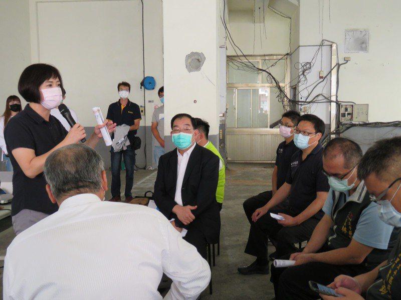 立法委員何欣純(左立)昨天上午邀請江濟人(左4)到台中市視察太平消防分隊重建,江表示該房舍本月31日開工,到明年6月23日完工。 記者黃寅/攝影