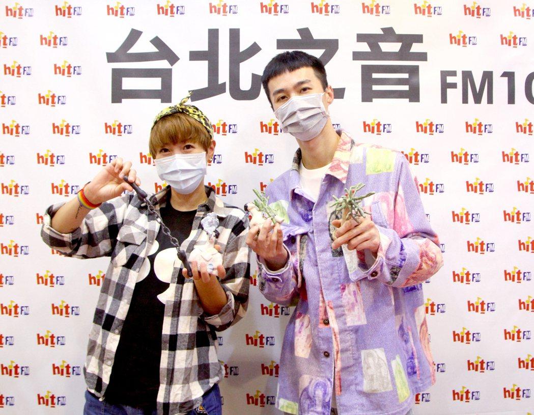 李英宏(右)帶來全新專輯「水哥2020」,作客「Hit週末」主持人Gigi節目專...
