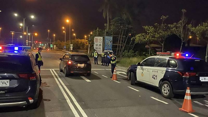 警方動員夜查特定場所,直到深夜未發現須隔離檢疫者趴趴走。圖/善化警分局提供