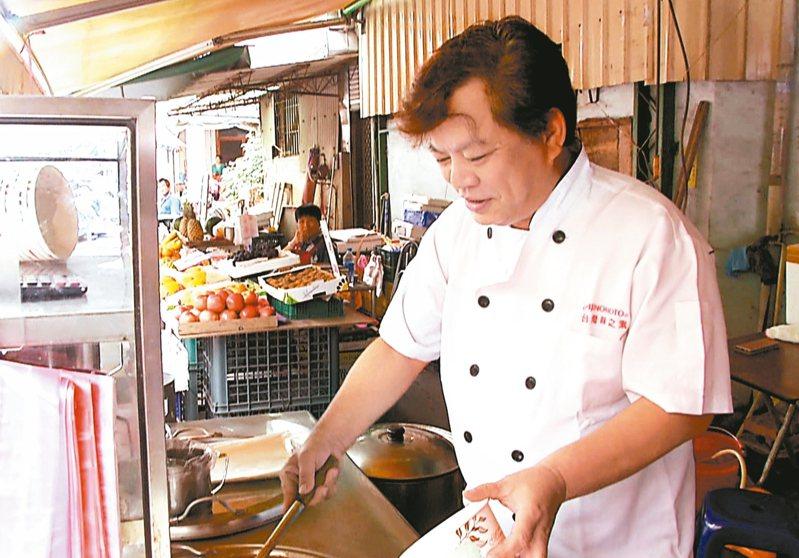 知名總鋪師莊明錦被取消近400桌宴席,只好先到菜市場賣麵度難關。 記者鄭維真/攝影