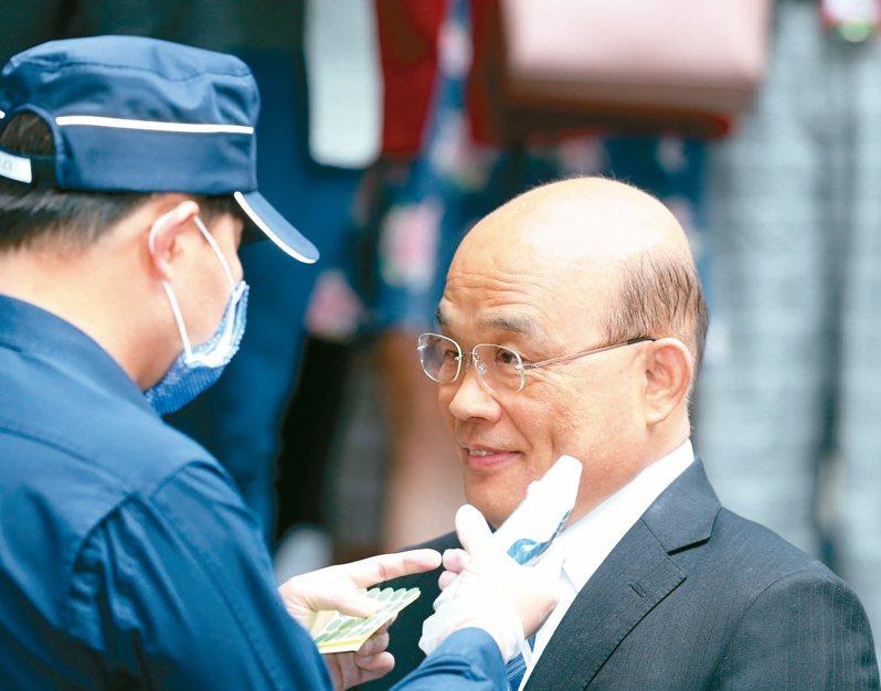 行政院長蘇貞昌(右)近來異動官股及國營事業人事引發黨內爭議,人事布局到此為止受到關注。 記者曾吉松/攝影