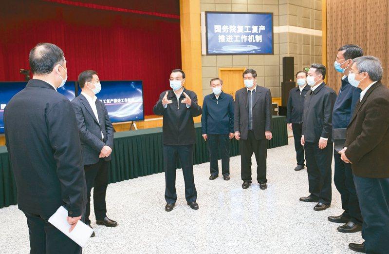 大陸國務院總理李克強(左三)日前考察疫情防控與生活物資保障服務平台。 (新華社)
