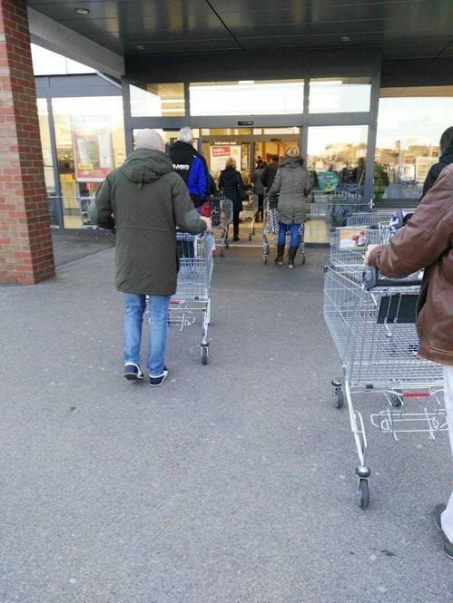 移居德國卅二年的陳惠玲表示,德國人到超市賣場採買,都會保持一定距離。 圖/陳惠玲提供