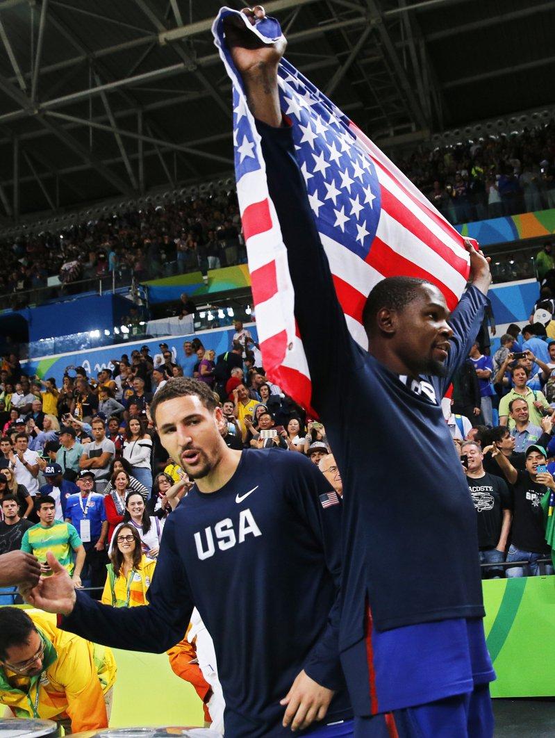 東京奧運延期,湯普森(左)與杜蘭特(右)屆時有望傷癒回歸出征,對美國隊是大利多。 歐新社