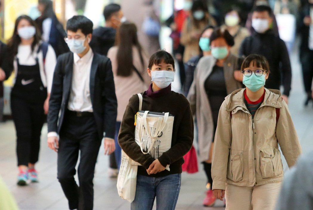 圖為台北捷運通道,大多數民眾都自發性戴上口罩防疫。 記者胡經周/攝影