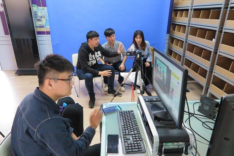 朝陽科技大學行銷與流通管理系「全通路行銷實驗室」,直播創意在社群平台分享3C產品...