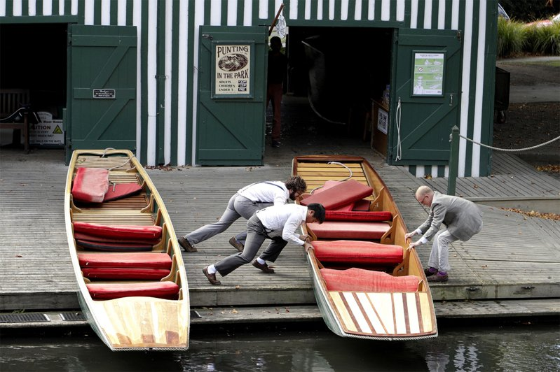 紐西蘭今宣布進入全國緊急狀態,同時準備於午夜開始全面封鎖。圖為工作人員將船停放在河岸上。美聯社