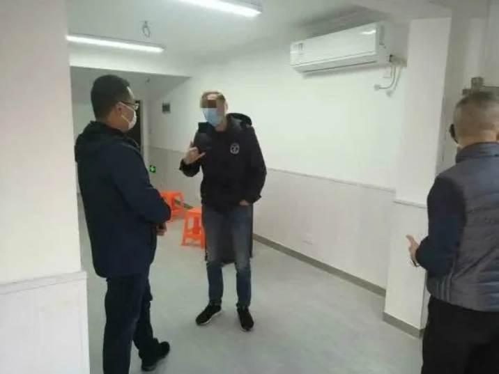 工作人員和外籍女婿進行溝通。 圖擷自騰訊新聞