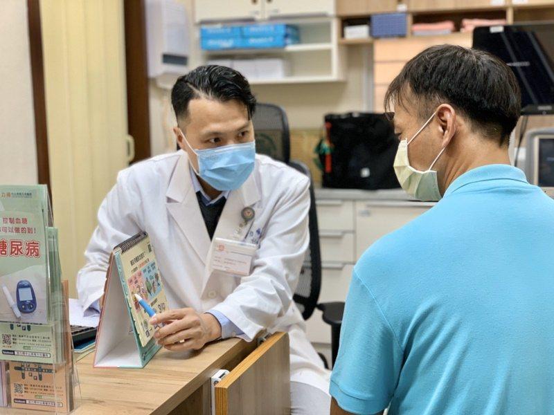 醫師李宇力(左)指出,往年此時都有糖友因吃春捲而誤踩地雷,造成血糖突然上升,其原...