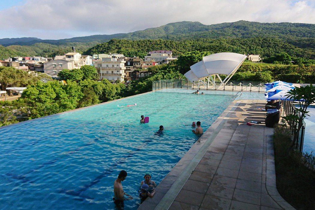 台灣夏季炎熱,到泳池、溪邊戲水是國人常見的消暑方式。 圖/作者提供